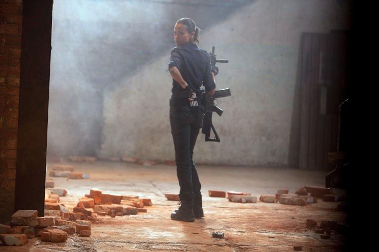 zoe-saldana-colombiana-armed