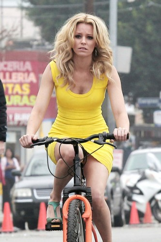 Elizabeth-Banks-hot-bike